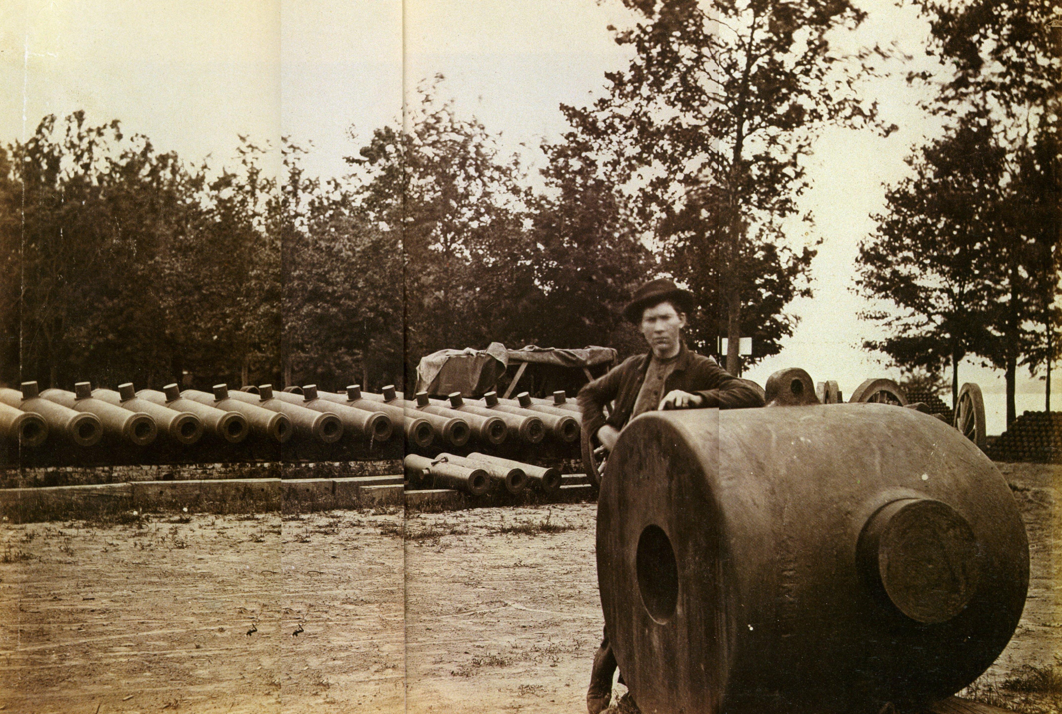 069[amolenuvolette.it]1865 a.j. russell soldat de l'union dans un arsenal près de washington d.c. épreuve à l'albumine.jpg